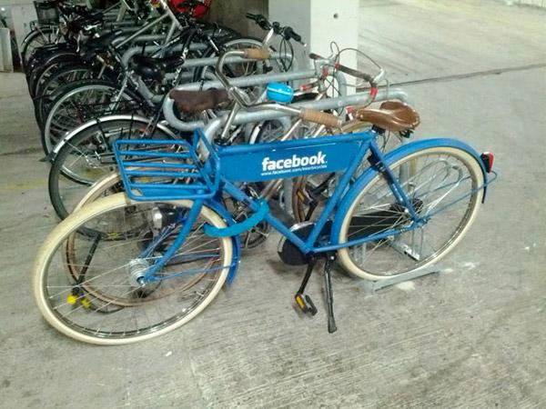 Facebook велосипед припаркованный около офиса Google в Дублине
