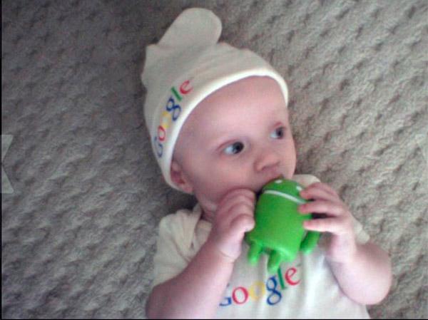Известный за рубежом блоггер - Луи Грей, вот таким способом пропиарил Google+. Этот младенец даже получил имя в сети - Googler.