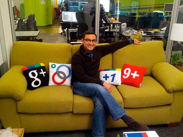Старший президент Google+ Вик Гундотра сидит на диване с подушечками своего детища