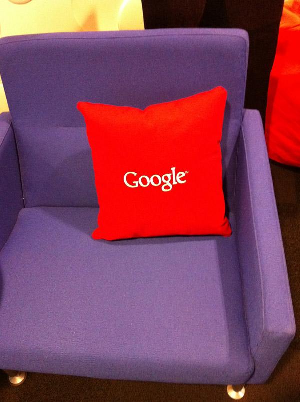 Красная Google подушка на стуле от Yahoo.