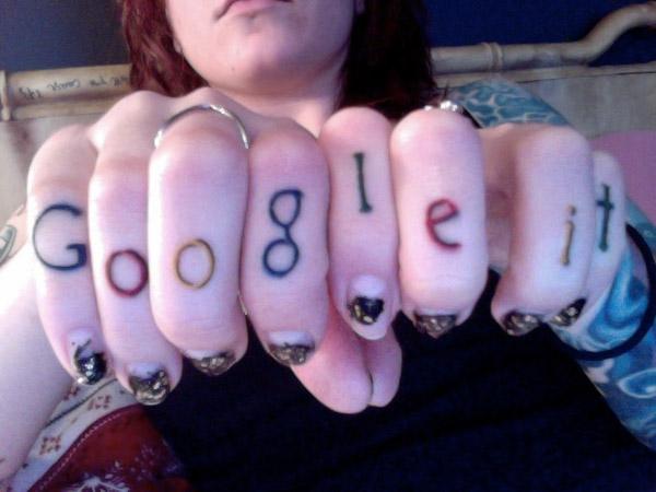 Джесси Версус сделала татуировка на пальцах Google IT