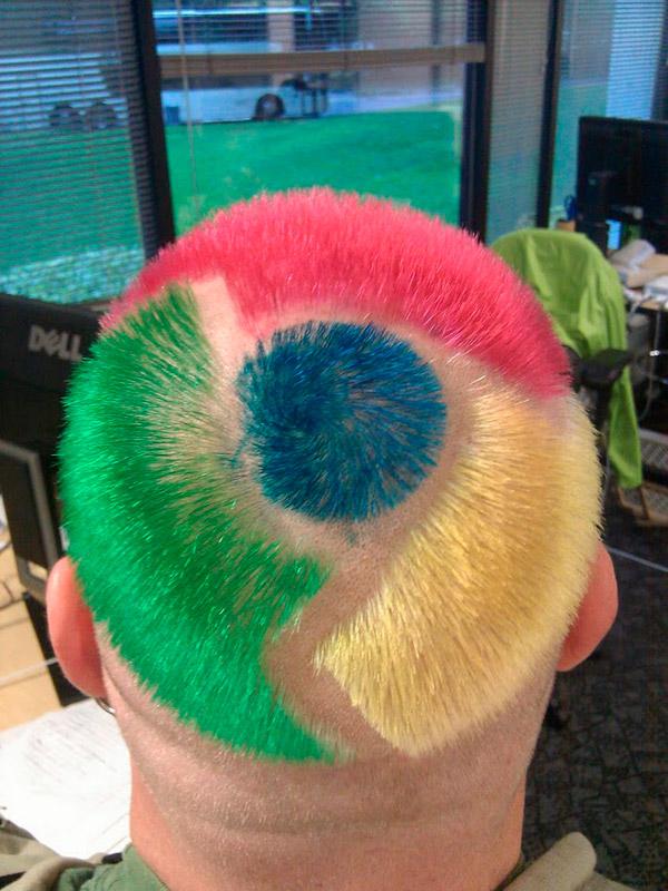 Парень настолько фанатеет от Google Chrome, что сделал себе прическу в виде значка этого браузера.