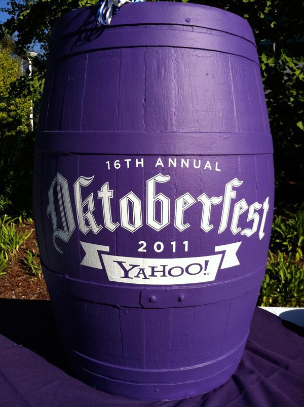 Пивная бочка от Yahoo на 16 фестивале Октоберфест
