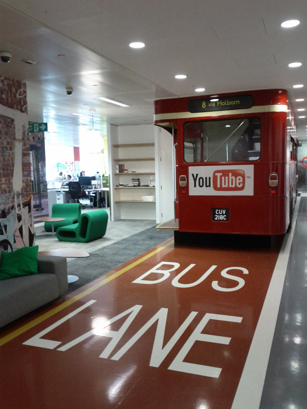 Автобус в офисе YouTube Лондон